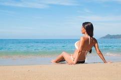Betrachten des Seemädchens in Badeanzug Stockfotos