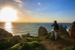Betrachten des Sonnenaufgangs stockbilder