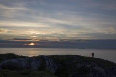 Betrachten des Sonnenuntergangs Stockbild