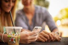 Betrachten des Telefons Lizenzfreies Stockbild