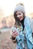 Betrachten des Telefons mit einem großen Lächeln Stockfotos