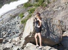 Betrachten des Wasserfalls Stockfotos