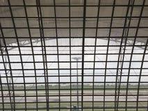Betrachten durch das Fenster dem Flughafen stockbild