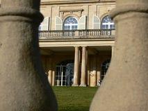 Betrachten durch Säulen dem Schloss Lizenzfreie Stockbilder