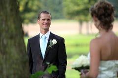 Betrachten einander auf Hochzeit Stockfotografie