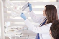 Betrachten einiger Röntgenstrahlen Lizenzfreie Stockbilder