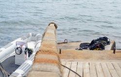 Betrachten hinunter Geländer trocknender Tauchausrüstung und Boot Stockbilder
