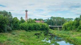 Betrachten Sie den Feuerturm auf die Brücke und den Fluss in der Sommersonne stock video