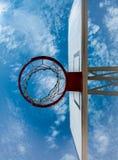 Betrachten Sie den Himmel durch einen Basketballkorb Lizenzfreie Stockfotos