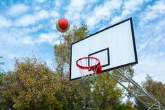 Betrachten Sie den Himmel durch einen Basketballkorb Lizenzfreie Stockfotografie