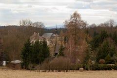 Betrachten Sie die Landschaft des Dorfs und der Kirche in der Tschechischen Republik Stockfoto