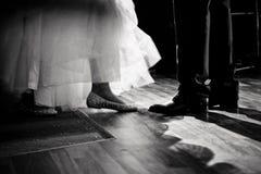 Betrachten Sie die Schuhe durch Hochzeitstanz stockbilder