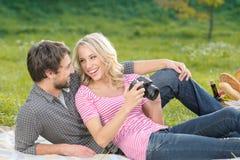 Betrachten Sie dieses Foto! Liebevolles junges Paar betrachtet das photog lizenzfreie stockfotografie