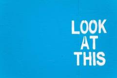 Betrachten Sie dieses - suchende Graffiti der Aufmerksamkeit. Stockfotos