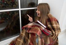 Betrachten Sie einfach das Glücklicher kleiner Mädchenpunktfinger am Fenster Der kleine Leser genießen, Weihnachtsgeschichte zu l lizenzfreies stockbild