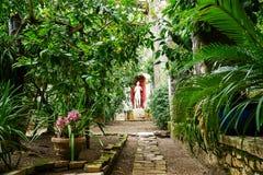 Betrachten Sie Patio Dorf Punta San Vigilio auf See Garda, Italien Lizenzfreie Stockbilder