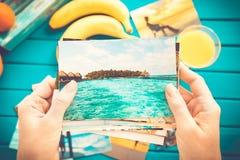 Betrachten von Fotos lizenzfreie stockfotografie