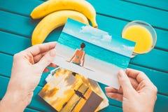 Betrachten von Fotos lizenzfreie stockfotos
