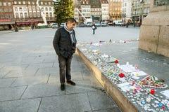 Betrachten von Mitteilungen, von Kerzen und von Blumen im Denkmal nach dem Vic Stockbilder
