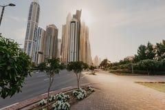 Betrachten von Wolkenkratzern in Dubai lizenzfreie stockbilder