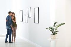 Betrachtenausstellung der jungen Paare in der Kunstgalerie stockfotos