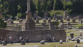 Betrachtenruinen der Leute von Steingebäuden an alter Roman Forum-Piazza, LangsammO stock video footage