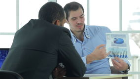 Betrachtete überzeugter Geschäftsmann zwei Unternehmensplan