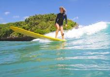 Betrachtung des Surfer-Girl.Underwater. lizenzfreie stockfotos