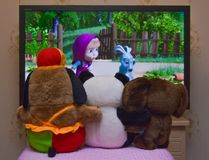 Betrachtung des Zeichentrickfilms am Fernsehen Lizenzfreies Stockfoto