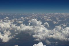 Betrachtung durch Flugzeugfenster stockbild