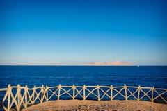 Betrachtungsplattform mit einem Handlauf und einer Ansicht des Meeres Stockfotos