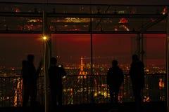 Betrachtungsplattform von Montparnasse-Wolkenkratzer in Paris nachts Stockfotografie