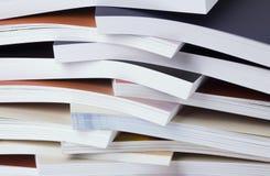 Beträchtliche Quantität der gedruckten Kataloge Stockfotos