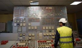 Betreiber am Arbeitsplatz in der Systemleitstelle lizenzfreie stockbilder