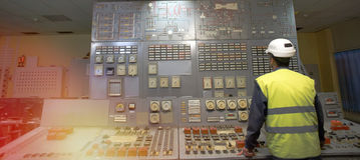 Betreiber am Arbeitsplatz in der Systemleitstelle stockfotos