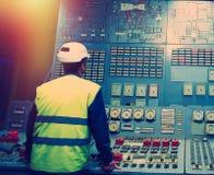 Betreiber am Arbeitsplatz in der Systemleitstelle stockbild