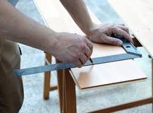Betreiber, der mit dem Tischlerquadrat arbeitet Stockbild