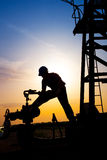 Betreiber im Öl und im Erdgasfeld Stockfotos