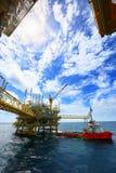 Betreiberaufnahmeoperation des Öl- und Gasprozesses am Öl und Anlagenanlage, der Offshoreöl- und Gasindustrie, des Offshoreöls un Stockfotos