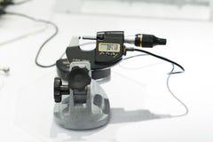 Betreiberinspektions-Automobilteil durch Mikrometer Lizenzfreie Stockfotos