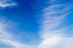 Betrek velen laagverticaal op blauwe hemel baclground Stock Foto