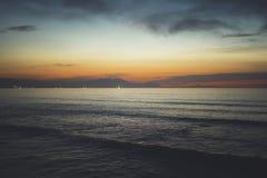 Betrekt blauwe hemel en gouden zonlichtzonsondergang op horizonoceaan, de stralenzonsopgang van de achtergrondzeegezicht dramatis stock afbeelding