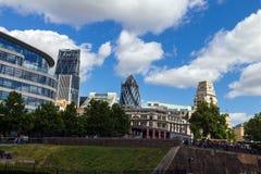 Betrekt het drijven over de Stad van Londen met een Augurkgebouw (30 St Mary Axe) Stock Afbeeldingen