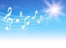 Betrekt muzieknota's over blauwe hemel met wolken en zon. Stock Foto