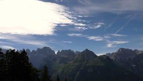 Betrekt timelapse op brede majestueuze bergen stock videobeelden
