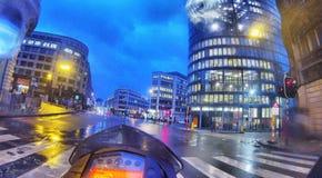 Betreten der Stadt auf einem nassen Morgen auf einem Motorrad Lizenzfreies Stockbild