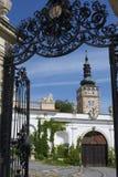 Betreten des Hofes eines Schlosses lizenzfreies stockbild