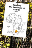 Betreten des Kontinentes Afrika-Zeichens auf einer Zoospur Lizenzfreie Stockfotografie
