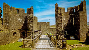Betreten Sie das Caerphilly-Schloss lizenzfreie stockfotos
