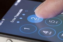 Betreten Sie Passwortschirm eines iPhone Stockbild